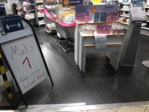 MAKS ÉN: Dette skiltet møter kundene på apoteket.