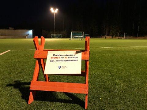 SKAL AV: Flomlyset på denne banen i Teie idrettspark skal ikke stå på.