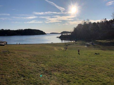 SOL: Det blir mye sol til helgen. Her fra stranda på Torød.