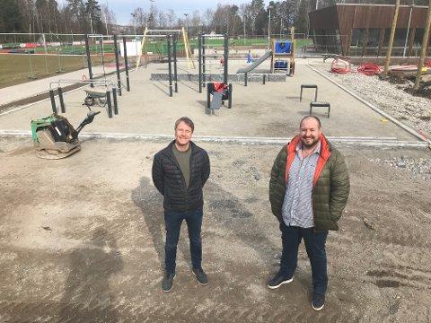 FORNØYDE: Leder Jørn Andersskog (til venstre) og styremedlem Magnus Halvorsen i Nøtterøy IF gleder seg over at nærmiljøanlegget på Nesskogen Idrettspark snart er ferdig.