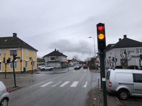 KJÆRLIGHETSSIGNAL: Med litt bruk av tape har dette røde lyssignalet en klar beskjed til sjåførene.