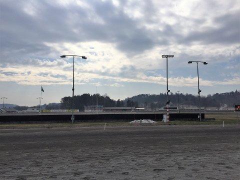 TRAGISK: Det ble tragisk utfall da hesten falt om i banen på Jarlsberg Travbane. Livet sto ikke til å redde.