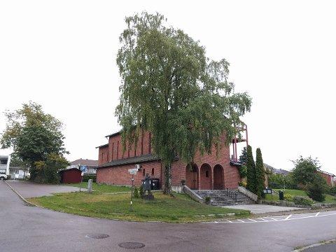 TÅRN: Der bjørka i dag står, skal klokketårnet stå - får St. Olav kirke gehør for sin søknad hos kommunen.