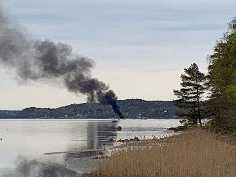 To personer havnet i sjøen da det begynte å brenne i båten.
