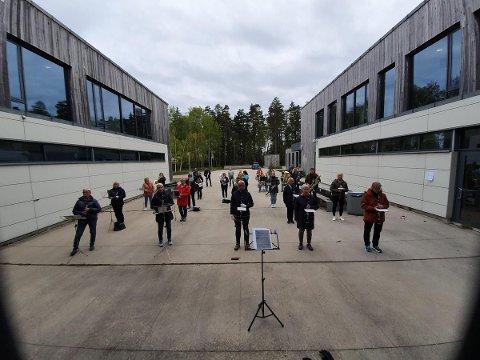 UTEØVELSE: Slik så det ut da Nøtterøy musikkorps onsdag kveld samlet 30 glade musikanter for første uteøvelse siden 11. mars.