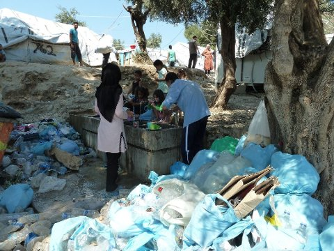 KRITISK: Flyktningene i Moria-leiren bor ekstremt tett og med dårlige sanitære forhold. Lars Egeland frykter konsekvensene av en Covid-19-epidemi i leiren, og ber Norge bidra til å evakuere barnefamilier fra leiren snarest mulig.