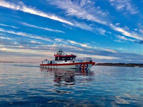 """LEDER AN I KORTESEJENE: Redningsselskapets båt """"RE 156 Eivind Eckbo""""."""