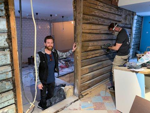 MYE Å GJØRE: Fredrik Gullbrandsen (t.v.) og Andreas Holmen har revet ned så å si alt inne i Storgata 36.