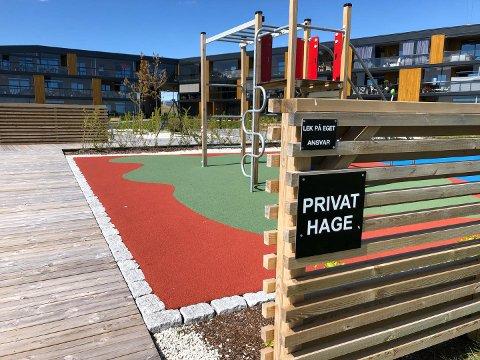 HVORDAN SKAL DETTE TOLKES? Her lekes det på eget ansvar. Men er det greit for andre enn de som bor her å bruke lekeplassen når det er skiltet slik?