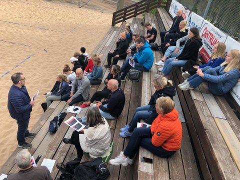 SÅNN KAN DET OGSÅ GJØRES: Leder Lars Henriksen fører ordet. Årsmøtet ble likegodt avviklet på sandvolleyanlegget.