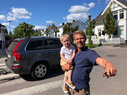 PASS PÅ! Her synes Håvar Bettum at trafikken er tett. Helst vil han stenge boligstrøket for gjennomkjøring.