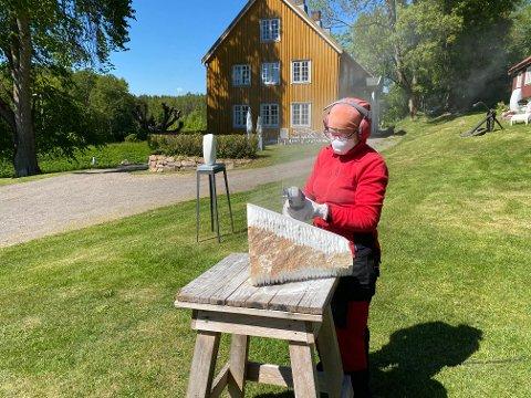 STEINHARD UTSTILLING: Turid Gyllenhammar gjør nå den aller siste finpussen unna før pinsehelgens hjemmeutstilling på Agerup gård.