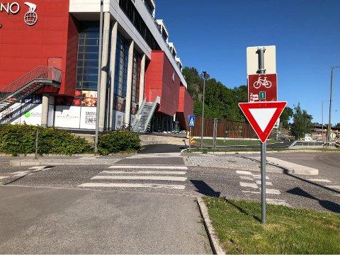 SKILT: Dette skiltet står plassert ved sykkelstien ved Kilden Kino.