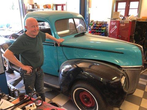 NYTT PROSJEKT: Til tross for store smerter etter en ulykke i 2008 så holder Runar fortsatt koken i garasjen sin. – Sjelefred å restaurere biler, sier han. Her poserer han sammen med sitt nye prosjekt, en Ford Pickup fra 1940.