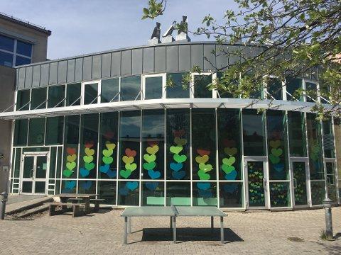 KLARE: Her er inngangspartiet ved Borgheim ungdomsskole pyntet og klart til å ta imot elevene til uka.