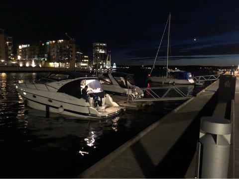 LIV OG RØRE: Musikkanlegget hørtes godt, og flere hadde det festlig og satt tett i båtene langs Brygga rett før midnatt fredag kveld.