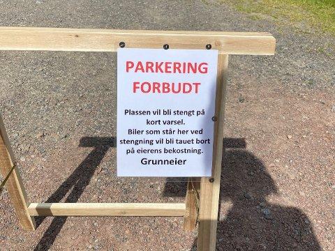 FORBUDT: Dette skiltet møter badegjestene i Bekkevika på Tjøme. Både kommunen og grunneier står på sitt.