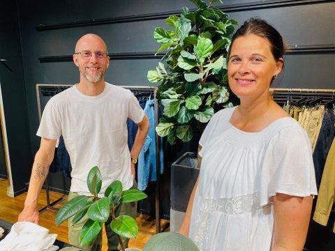 IKKE SOM FØR: Vegar Eismann Kjøl hos Bogart i Torvgaten og Cecilie Bækken Sørumshagen fra Tønsberglivet ser at mange av sentrumsbutikkene gjør endringer nå.