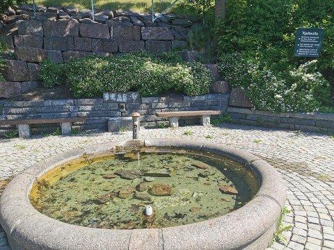 HÆRVERK: Tuten til drikkefontenen er knekt, og fontenen var full av steiner.