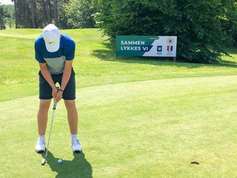 KORONAVENNLIG SPORT: Mange vil spille golf i sommer. Søndag slår Sander Blikom Hagen ut på årets første turnering for landets beste juniorer, på hjemmebanen Vestfold Golfklubb.