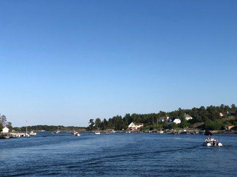 BLÅTT: Sommeren har så vidt startet – og båtfolket utnytter kveldene. Bildet er tatt i Bjerøysund mandag kveld.