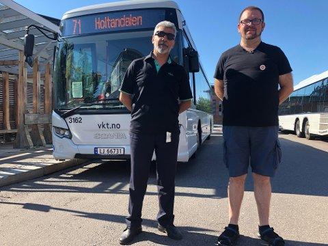 KOKER: Bussjåfør Esmail Alizadeh og sjåfør og tillitsvalgt Jarle Egren Steen.