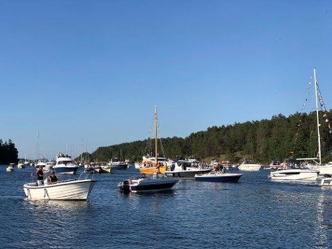SLIK VI LIKER DET: Sjøen viste seg fra sin beste side sankthansaften, da masssevis av båter fyllte Bjerkøysund under den tradisjonelle båtkortesjen.