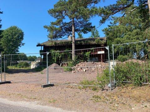 SKAL VEKK: Det ligger en eldre enebolig på den 3,5 mål store tomta. Nå ønsker Hav Eiendomselskap å bygge ut tomta med elleve boliger.
