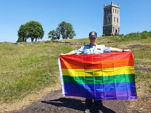 PRIDE: Her står radikalisering- og mangfoldskontakt Camilla Hålien Johansen i Sør-Øst politidistrikt på Slottsfjellet med pride-flagget.