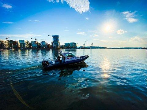Her patruljerer politibåten i Byfjorden lørdag ettermiddag. Flere ble tatt for fyllekjøring.