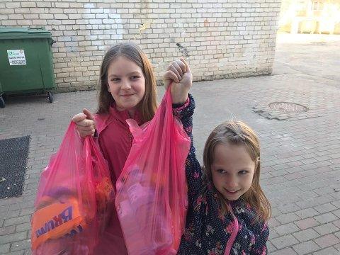 Luize og Samanta er svært takknemlige for matpakke-posen.