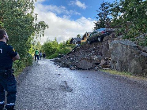 RASTE UT: En bil ble stående på kanten av stupet etter jordraset.