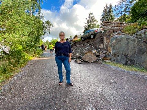 PÅ KANTEN AV STUPET: Bilen til Reidun Ellefsæter og mannen ble tatt av jordraset tirsdag morgen. Bilbergerne får litt av en jobb med å redde bilen.