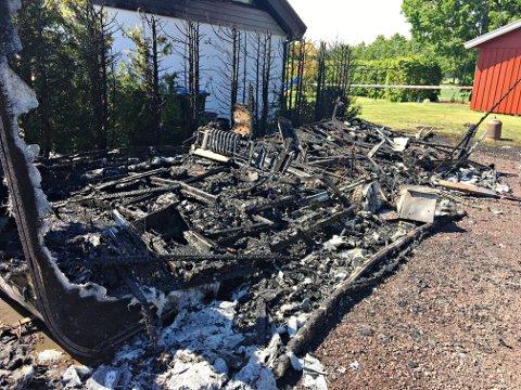 UTBRENT: Det er ikke mye som er igjen av denne helt nye campingvognen og utstyr etter at den begynte å brenne. Hva som er årsaken til brannen i Holmestrand onsdag, er ikke kjent.