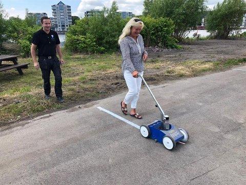 Ordfører Anne Rygh Pedersen merker opp nye bobilplasser på Stensarmen under veiledning fra Muhamet Hasani.