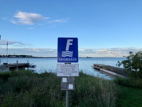NY SKILTING: Går du en tur på kyststien ved Husvik, skal det være enkelt å forstå hvor du kan ta et bad en skjønn sommerkveld.