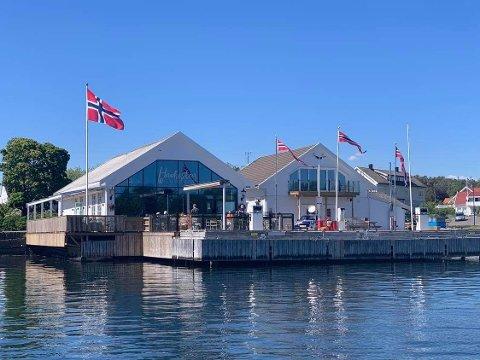 SESONG: Restauranten i vannkanten på Tjøme henter hele sin omsetning i sommermånedene. Nå håper driverne på bedring i smittesituasjonen.