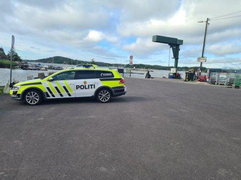 UNDERSØKER: Politiet gjør undersøkelser ved brygga i Tenvik, hvor det fredag morgen ble gjort funn av en død person i en båt.