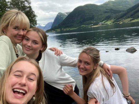 ROADTRIP: (f.v.) Johanne Ringøen, Ylva Kamfjord (foran), Anna Raudberget og Elvira Storn er glade for at de valgte å dra på roadtrip i sommer.