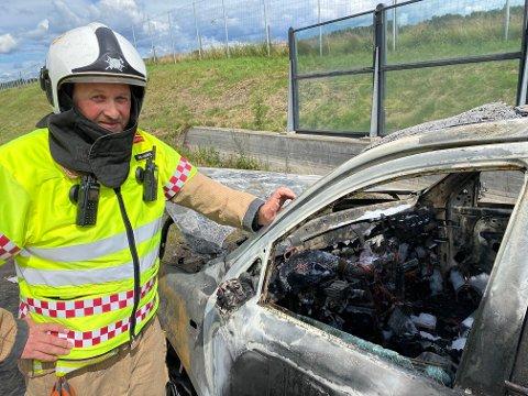 ADVARER: Rune André Hansen er utrykningsleder i Vestfold interkommunale brannvesen, avdeling Sande. Han advarer mot eksplosjoner og giftige gasser ved bilbranner.