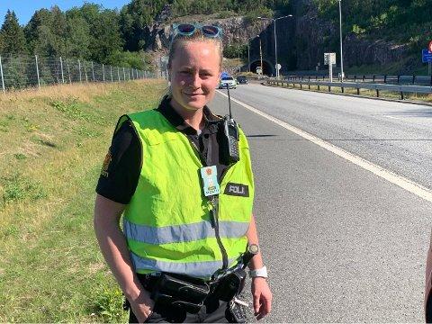 PÅ STEDET: Politibetjent Vilde Eia Holtung forteller at fører av personbilen er i avhør etter hendelsen.