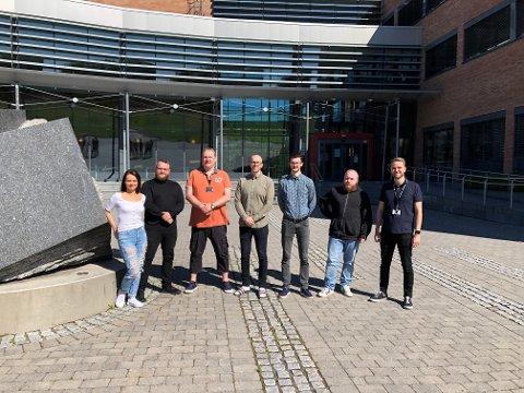 TEAM: Dette er teamet som bruker sommeren og høsten på å produsere det som skal bli Norges største student-app. Fra venstre: Ine Malen Stock (29), Espen Lien Pedersen (32), Dan Trygve Olsrød (41), Stian Vaage (33), Kevin Todorov (22), Jonas W. H. Johansen (25) og Rasmus Tyrén (27). Ikke til stede: Magnus Holmseth Nordhagen (25), Omar Mohammad (27) og Simen Bakken (23).