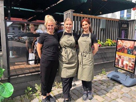 SPIS UTE-UKA: Alma er blant spisestedene som er med på Spis ute-uka i høstferien. – Det har blitt en tradisjon i Tønsberg og vi gleder oss til fulle hus og god stemning, sier eier Harald Rong. Daglig leder Renate Tønnessen (35), Rebecca Johannessen (26) og Nora Saleh (37) skal servere sultne tønsbergensere.