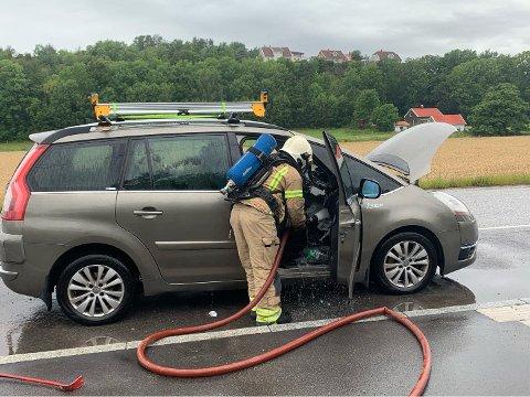 TOTALSKADD: Det er i fremre del av bilen det har begynt å brenne. Bilen må nå kondemneres.
