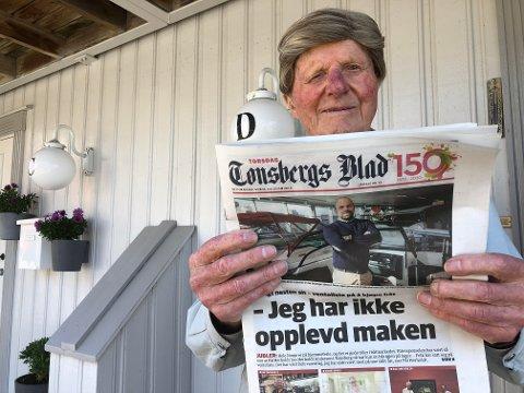 GLAD I LOKALAVISA: Marius Mikland har alltid likt å følge med på hva lokalavisa skriver om.