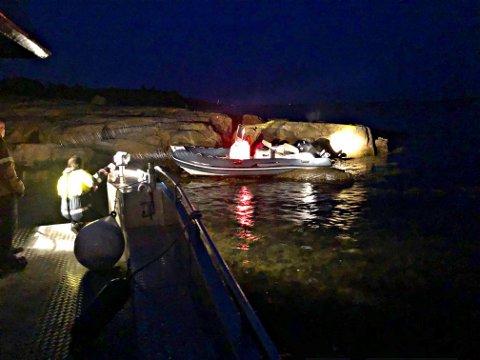 SLÅTT I STYKKER: Undervannshuset til båtmotoren var knust etter at denne båten gikk på skjæret. Giroljen hadde lekket ut.