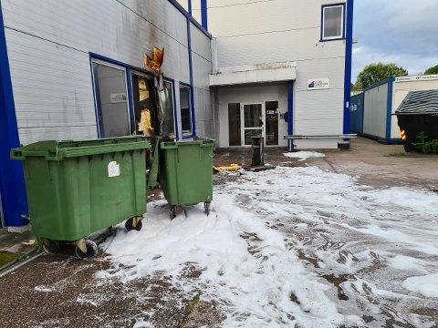BRANT I SØPPELDUNK: Politiet og brannvesenet til stedet etter melding om brann i en søppeldunk.