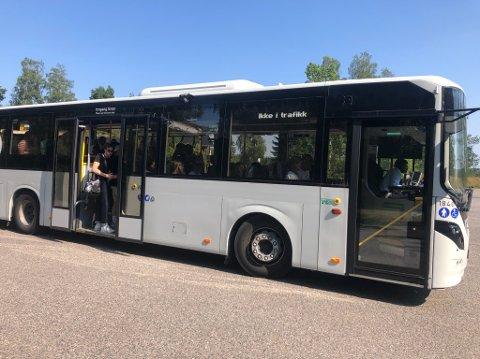 SKOLESKYSS: Slik så bussen ut på en av avgangene fra Re videregående skole mandag. Andre avganger skal ha vært enda fullere.