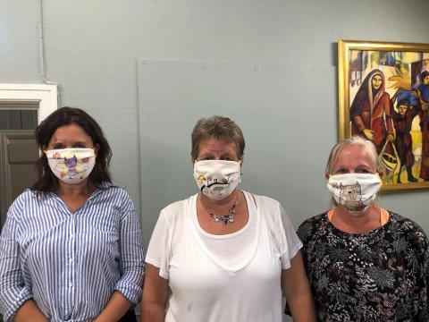 PRODUKSJON AV MUNNBIND: På Sidebygningen produseres det munnbind av gamle duker og gardiner. Miljøterapeut og leder for det kreative verkstedet, Anne Mette Larsen (til venstre) ble inspirert av en video på Facebook og introduserte ideen for deltakerne på aktivitetssenteret.