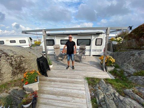 BEKYMRET: Tom Kittielsen forteller at han har gradvis oppgradert plassen sin på Mostranda camping. Nå er han bekymret for hva den fremtidige reguleringsplanen som er under arbeid, vil tillate på plassen.